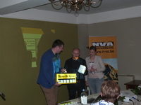 Machteld Vanhee en Johan De Poorter bedanken Peter Dedecker voor zijn uiteenzetting
